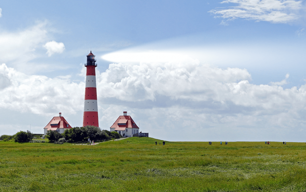 Rot-weiß gestreifter Leuchtturm an der Nordsee