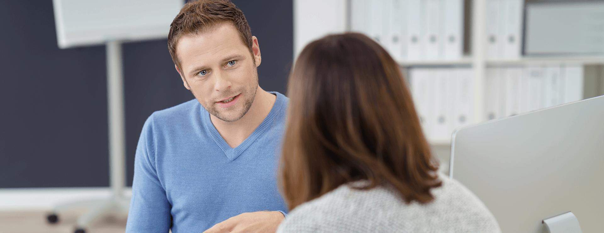 Ein Mann mit einer Frau im Büro führen Gespräch durch.